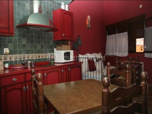 Dormitorio suite con cocina en color rojo
