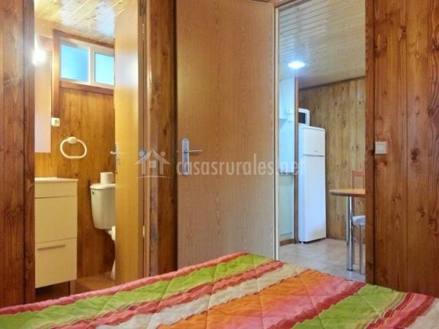 Habitación, baño y salón