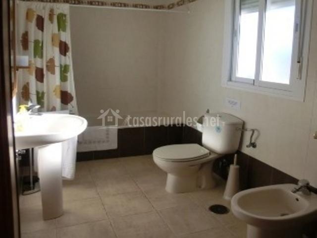 Aseo con bañera, lavabo e inodoro