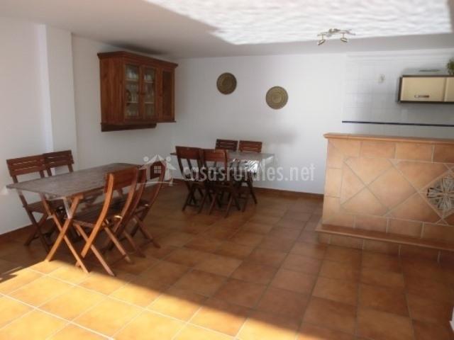 Muebles de exterior y armario de pared junto a la cocina