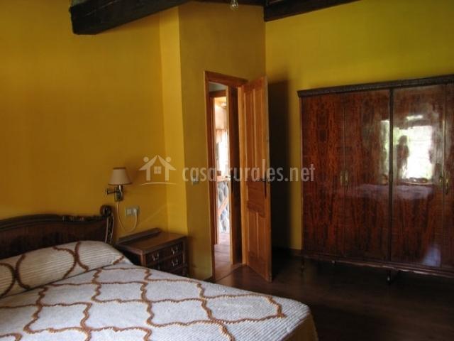 Dormitorio matrimonio amarillo