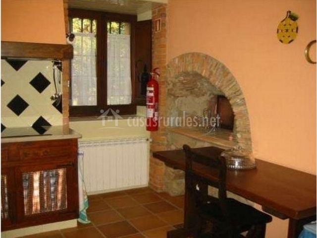 Cocina con mesa de madera y ventana