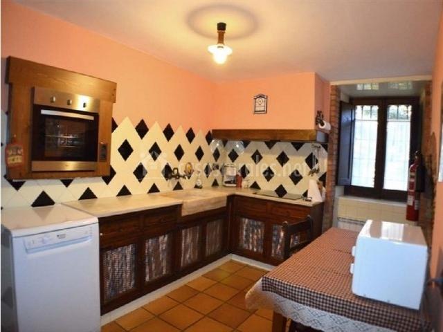 Cocina equipada, con armarios y mesa