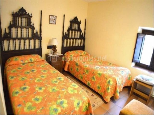 Dormitorio con baño compartido completo