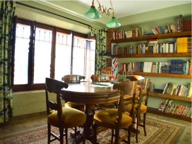 Sala de reuniones con biblioteca