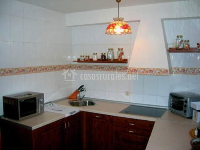 Cocina de la casa con encimera en U y microondas en un lado