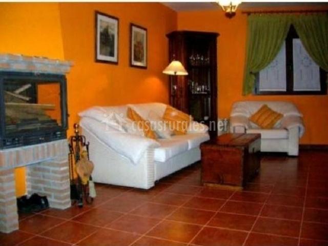 Sala de estar de la casa con chimenea y mueble en la esquina