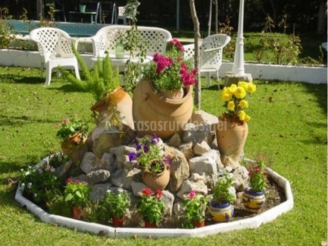 Vistas de los jardines con las tinajas