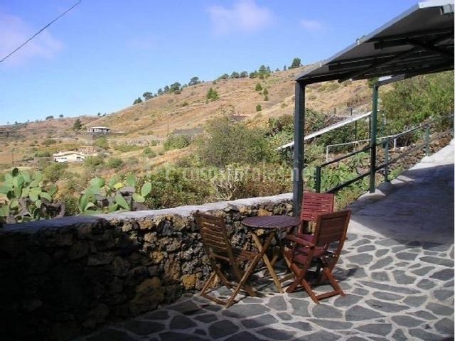 Terraza con mesa y sillas