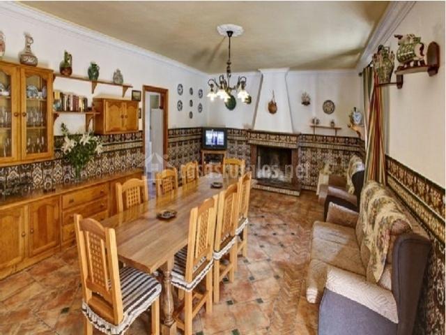 Salón-comedor con sofás y chimenea