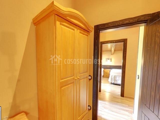 Armario en dormitorio doble con vista del hall