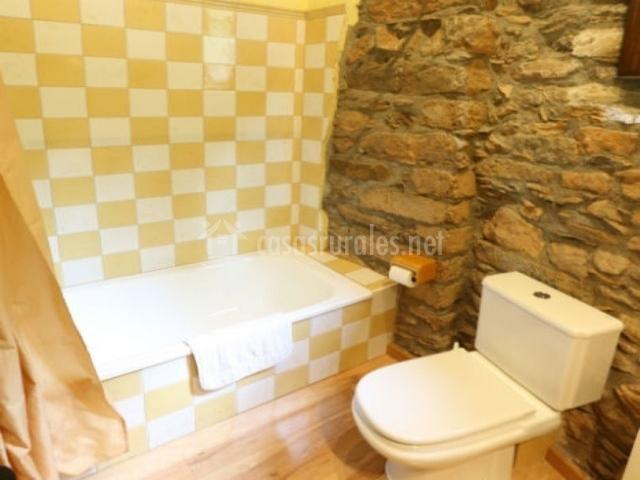 Cuarto de baño amarillo con bañera