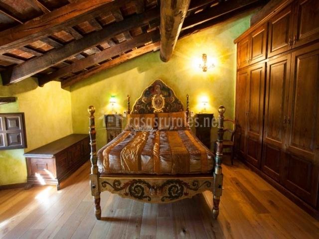 Cama de matrimonio con techo abuhardillado