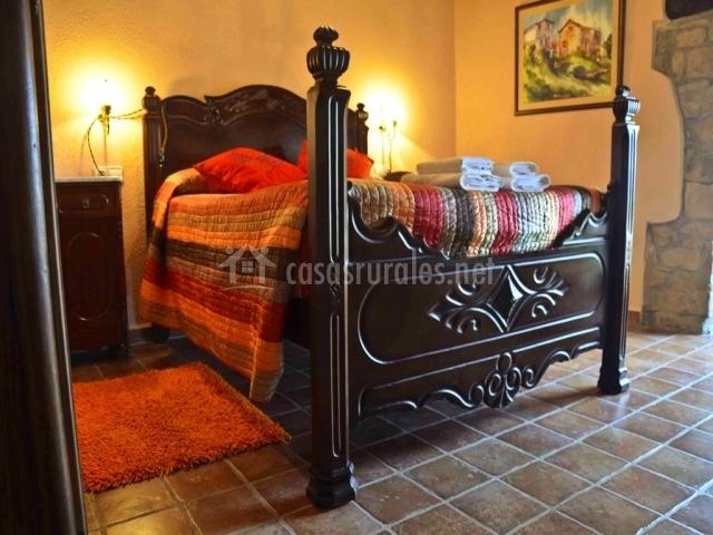 Dormitorio Llorer con paredes de piedra