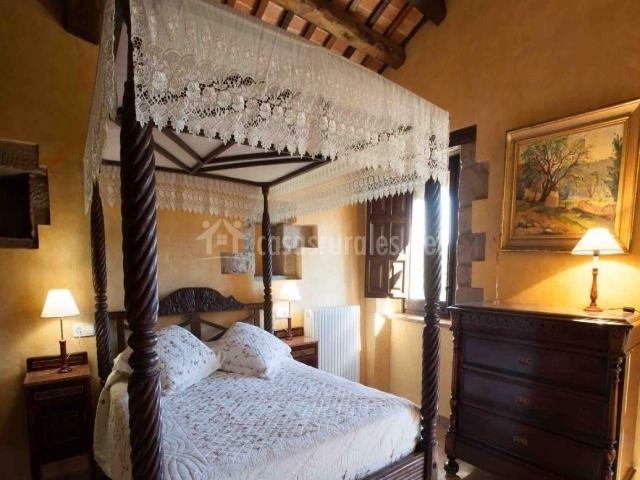 Dormitorio blanco con vigas de madera