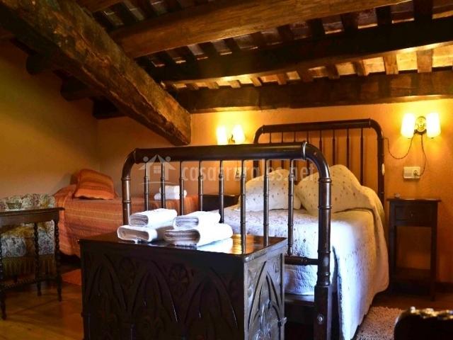 Dormitorio con techo bajo