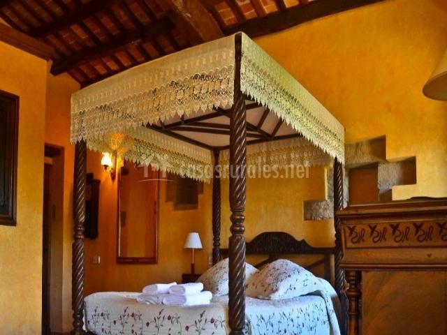 Dormitorio de matrimonio con techo de madera