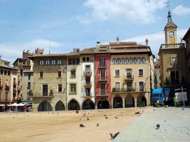 Plaza mayor de Vic con palomas