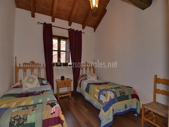 Dormitorio doble con cabeceros de madera tallada