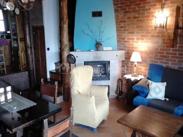 Salón con chimenea azul