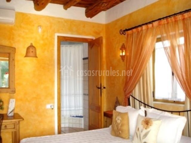 Dormitorio suite con entrada a aseo