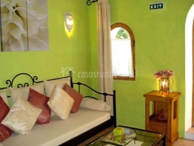 Sala de estar con paredes verdes