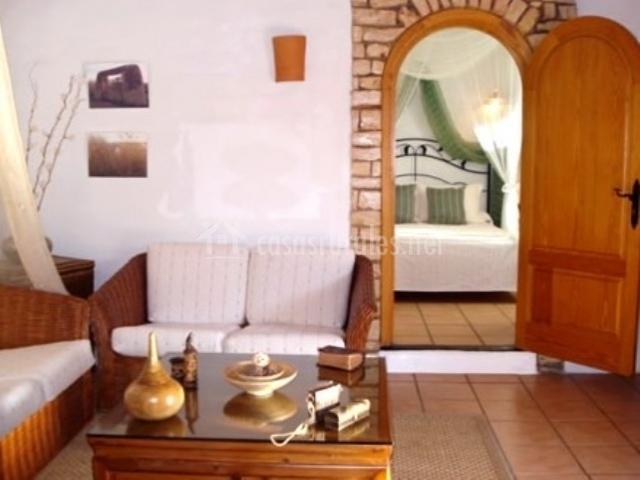 Sala de estar y entrada a dormitorio en suite superior