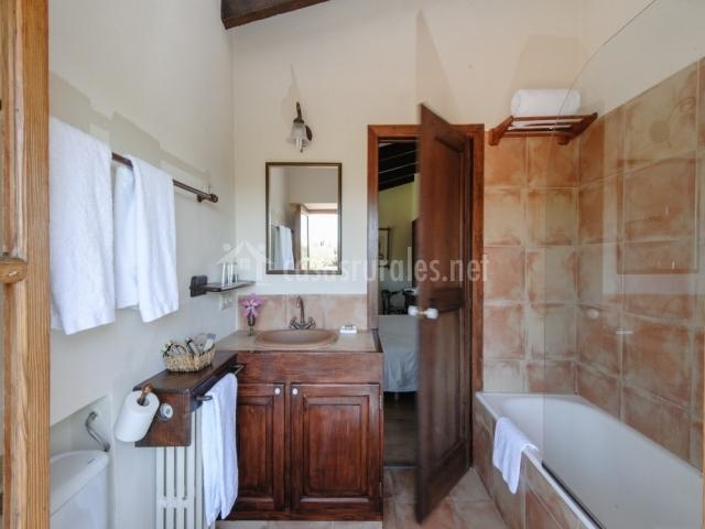 Aseo con bañera y mueble bajo el lavabo