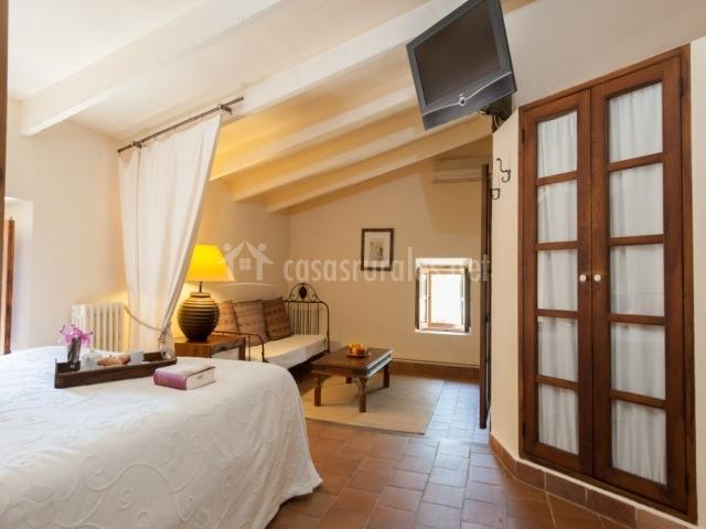 Dormitorio junior suite con televisor