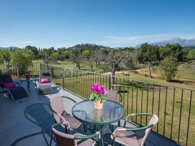 Terraza con vistas a los jardines de la suite especial