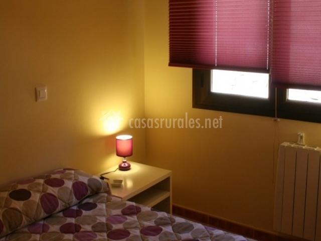 Dormitorio individual decorado en granate