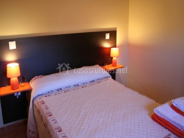 Dormitorio matrimonio con cabecero de madera
