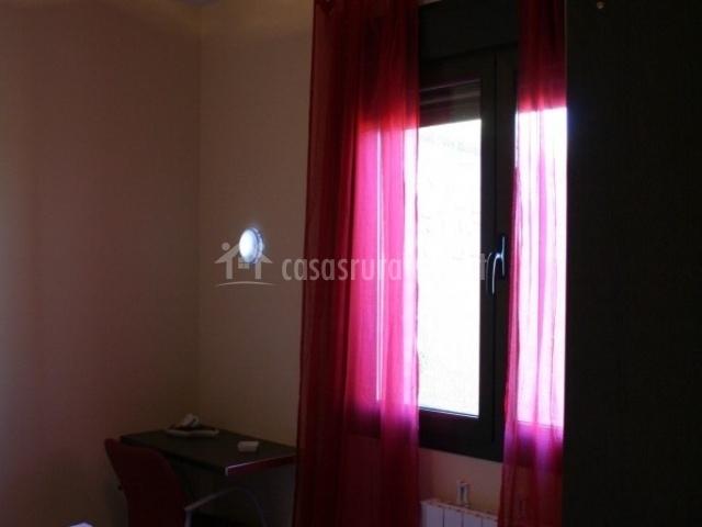 Dormitorio matrimonio con toallas de bienvenida