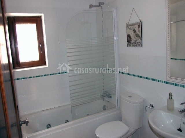 Cuarto de baño azul con ducha de hidromasaje