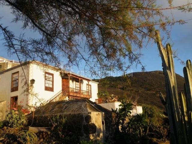 Vista de la vivienda desde los jardines que la rodean