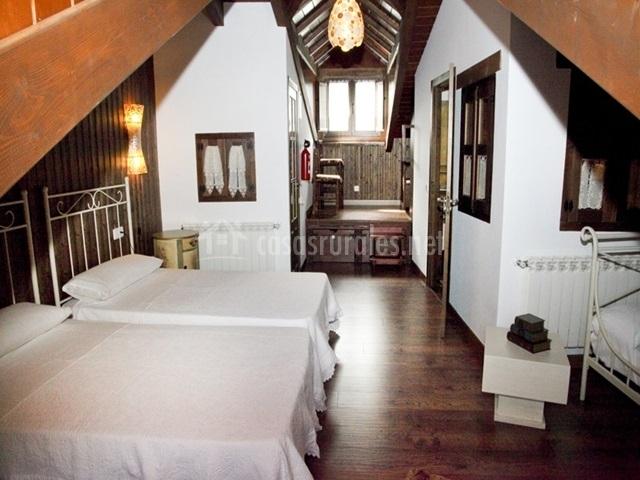 Buhardilla con tres camas