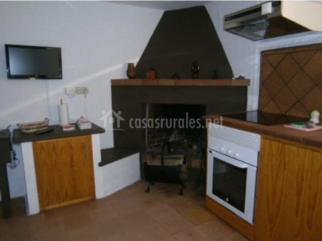Cocina con chimenea y televisión plasma