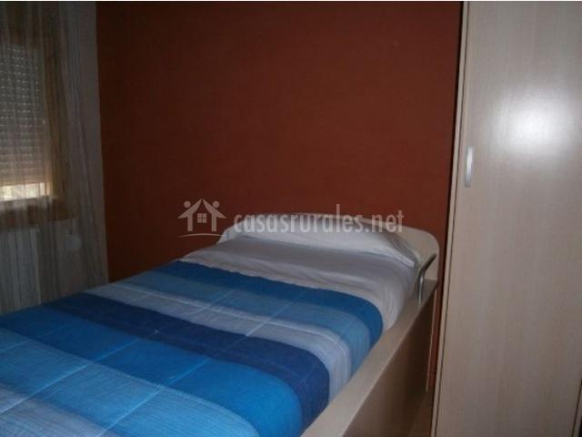 Habitación con 1 cama individual y 1 armario