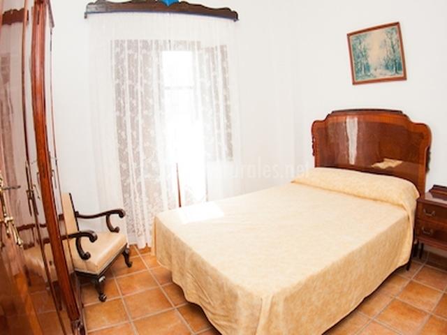 Dormitorio doble con gran ventana