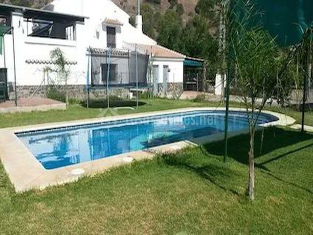 Amplia piscina para el verano