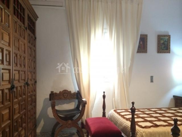 Dormitorio azul con armario grande