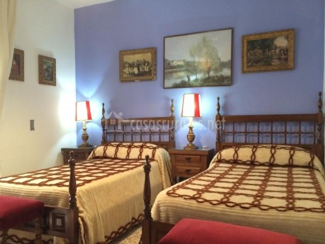 Dormitorio azul con dos camas