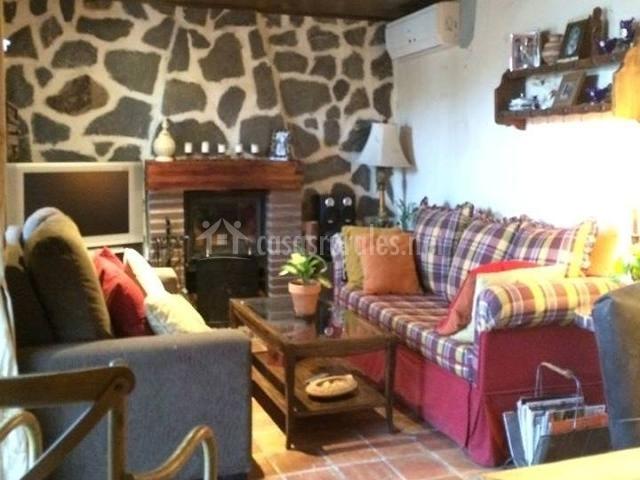Sala de estar con dos grandes sillones