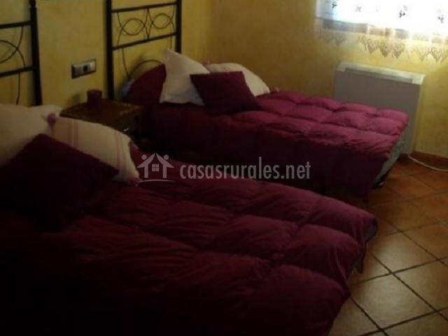 Dormitorio amarillo con dos camas