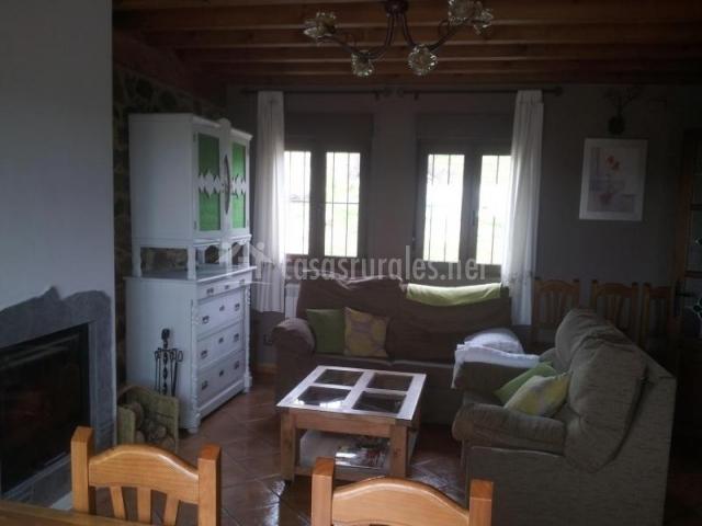 Sala de estar con dos sillones y chimenea