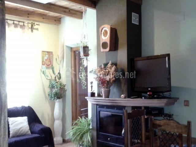 Television plana de la vivienda presente en la sala de estar