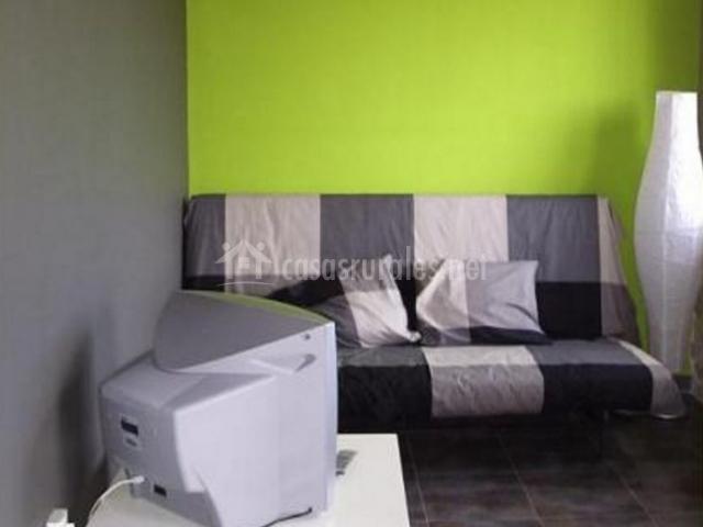 Apartamento verde rural morella en morella castell n for Salas con sofa cama