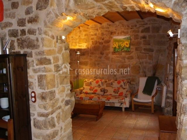 Zona de estar tras paredes de piedra