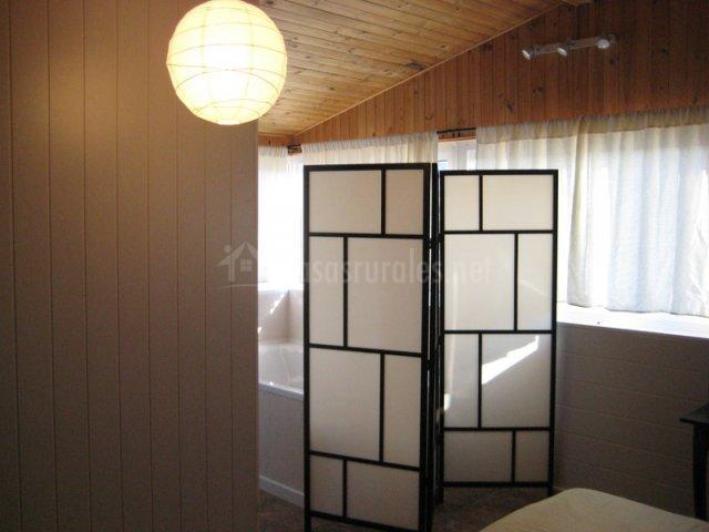 Biombo que separa el jacuzzi del dormitorio
