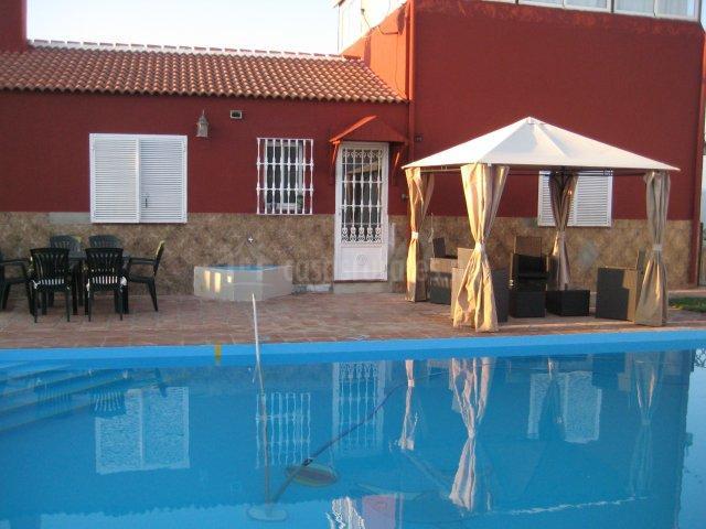 Vistas de la piscina con zona chill out